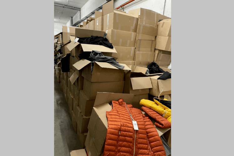На «Ягодині» затримали брендовий одяг, який запхали між гуманітарку (Фото)
