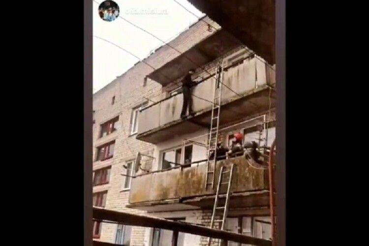 Врятували чоловіка, який переліз через перила балкону на 5 поверсі й намагався стрибнути (Відео)