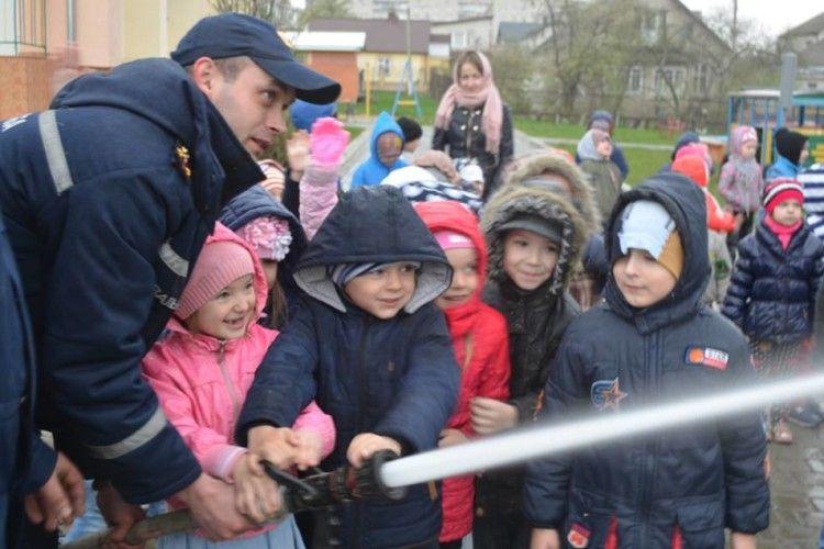 Луцька малеча взяла участь у ліквідації пожежі (фото)