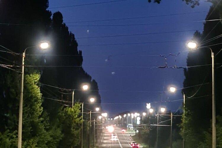 У Луцьку з'явилось нове освітлення ще на одній вулиці