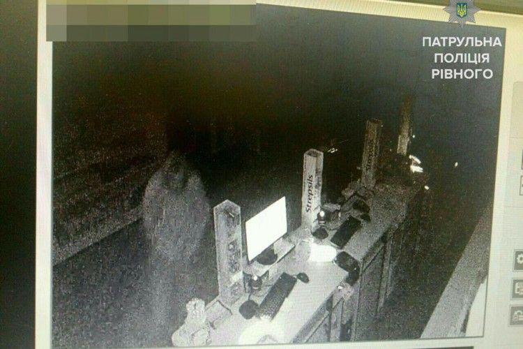 Рівненські «ведмежатники» опівночі «взяли» аптеку (фото)