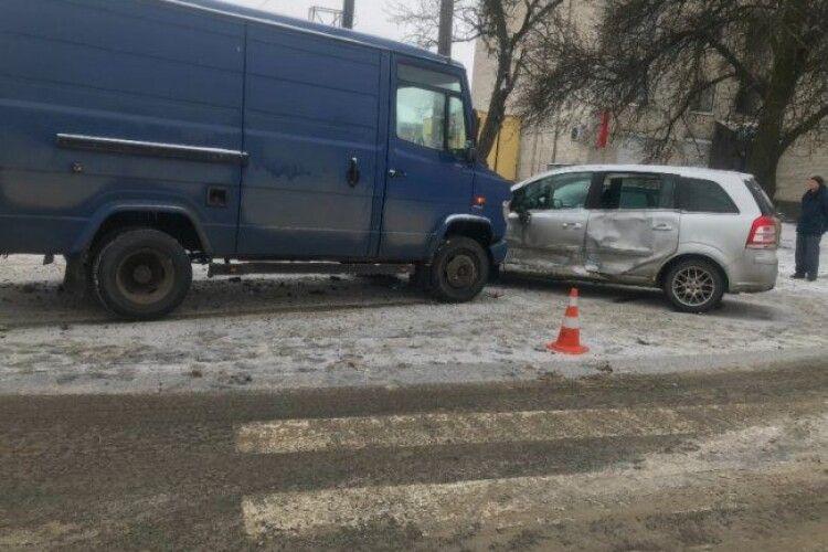 У Луцьку сталася автоаварія на перехресті