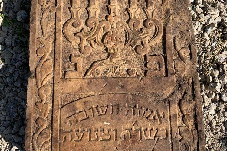 У волинському місті викопали юдейський надгробок (фото)