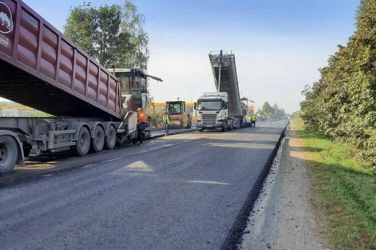 Біля Луцька асфальтують ділянку траси: на дорозі можливі затори