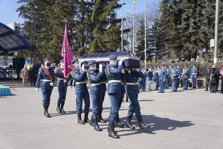 На Харківщині попрощалися з військовим, який загинув поблизу Золотого (Фото)