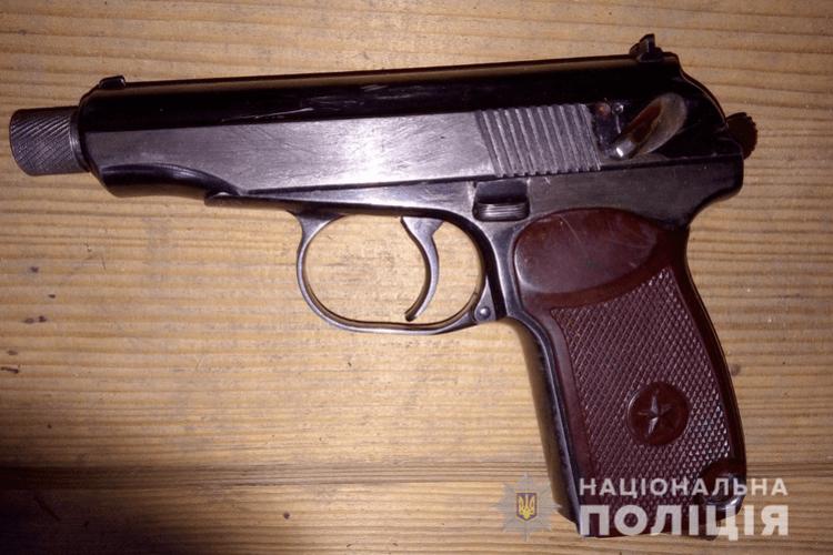 Співробітники поліції вилучили у лучанина зброю та наркотики
