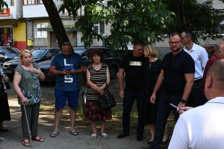 Міський голова Луцька обговорив із мешканцями будинку на Соборності, 19 проєкт ремонту тутешнього двору