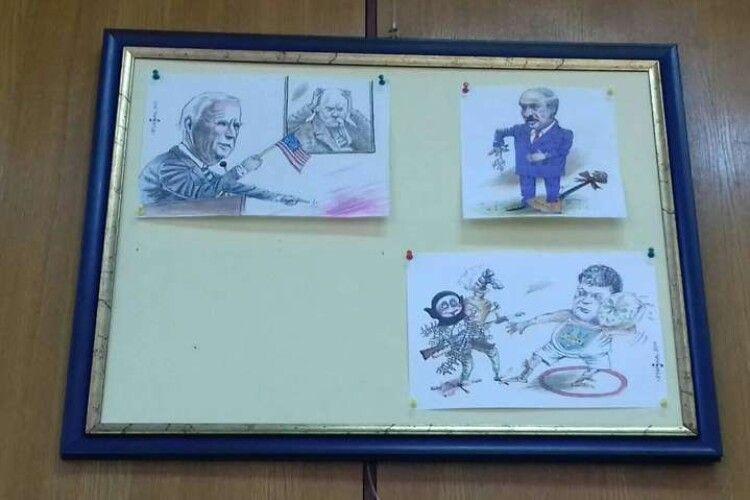 Організатори виставки сховали «голу» карикатуру на Зеленського (Фото)