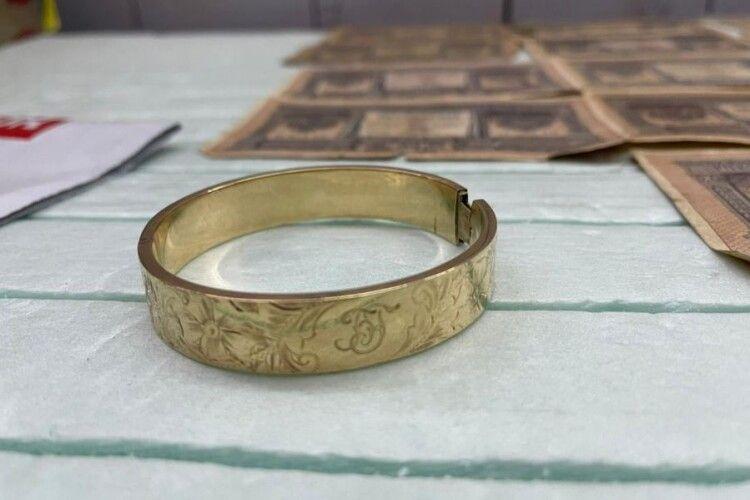 На кордоні затримали золотий старовинний браслет (Фото)
