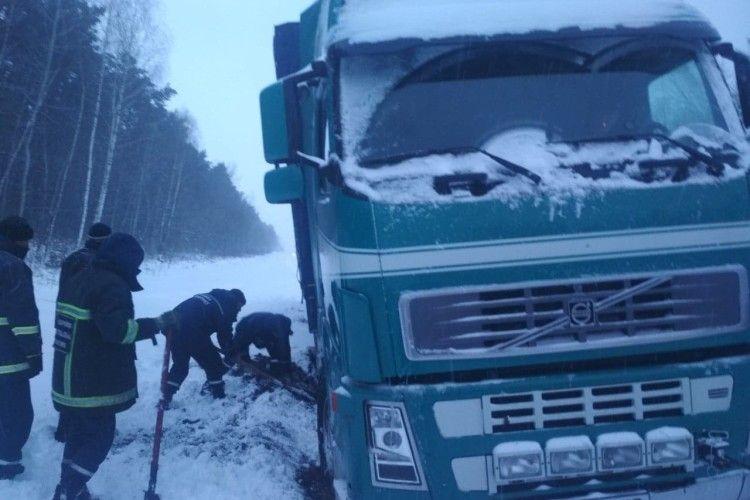 Рятувальники звільнили 16 автомобілів із снігових заметів на волинських дорогах