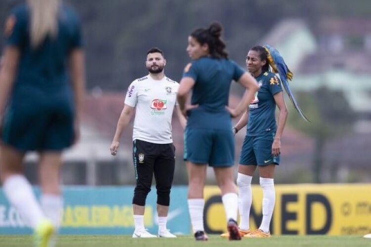У Бразилії зухвалий папуга зупинив футбольний матч