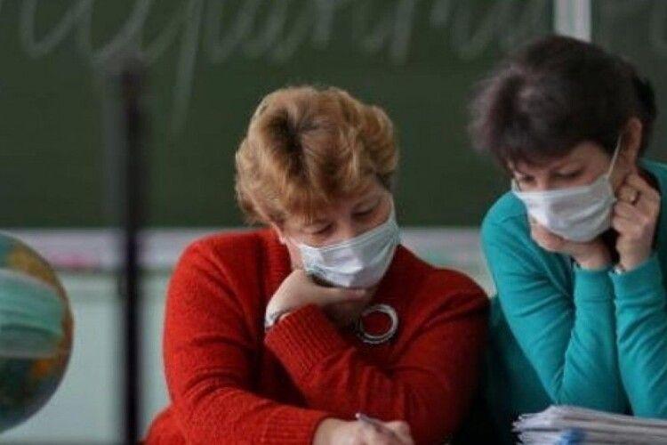 Луцьких вчителів, які захворіють на коронавірус, лікуватимуть за бюджетні кошти