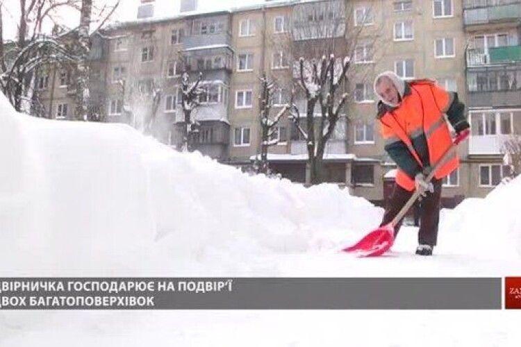 «Боки болять від дивану»: 87-річна львівська двірничка вправно бореться із сніговою стихією