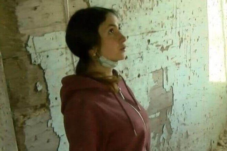 На Волині сироту поселили в напівзруйнованій хаті без світла та води (Відео)