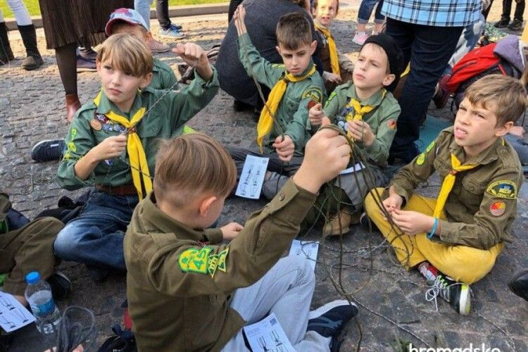 У центрі столиці сплели найдовший браслет в Україні для військових