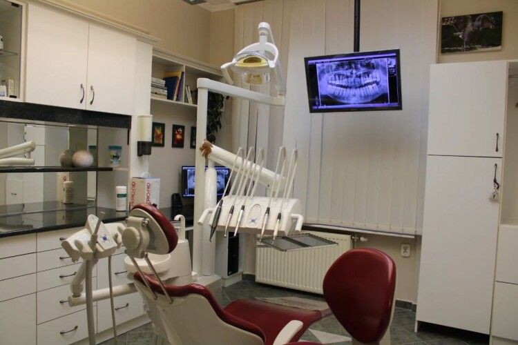 Луцьку міську стоматологічну поліклініку закрили на карантин. Захворів лікар