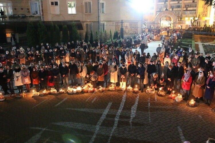 Освячення пасок: у Луцьку церковна площа не вмістила всіх охочих — зайняли Театральний майдан (Фото)
