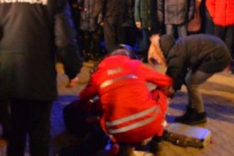 Дівчину, в яку влучив феєрверк під час відкриття новорічної ялинки, прооперували у столиці