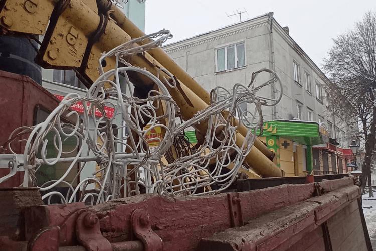У Луцьку на вулиці Лесі Українки почали демонтовувати святкову ілюмінацію
