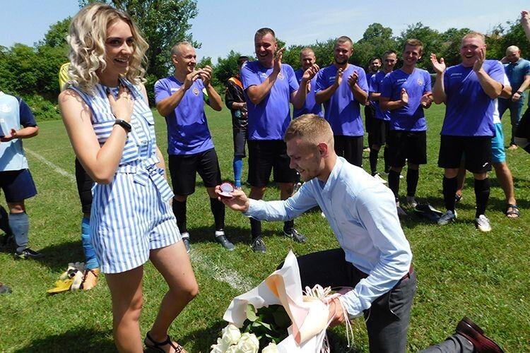 Закоханий юнак освідчився на… футбольному полі