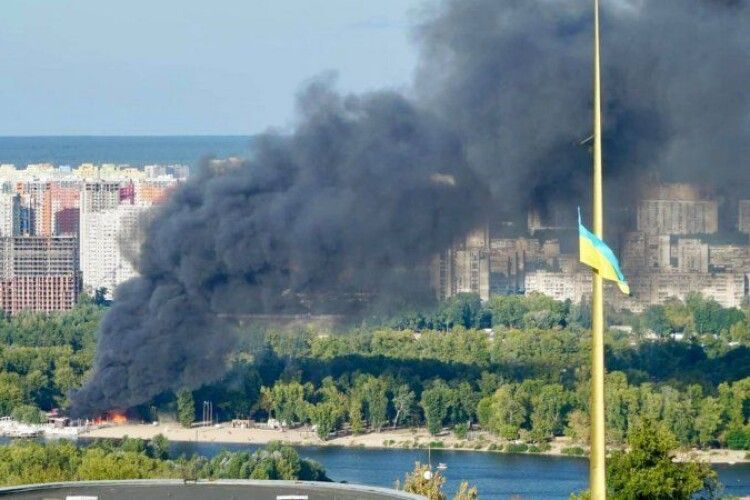 На столичному Гідропарку горить пляж (відео)