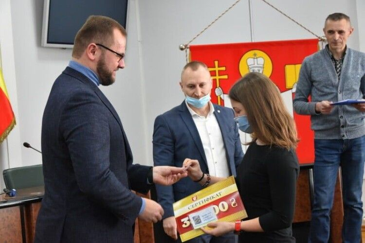 Міський голова Луцька вручив 32-ом спортсменам сертифікати на стипендії