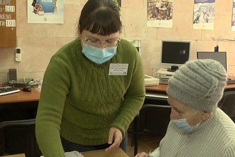 До нового постачальника газу пенсіонерам допомагають перейти... бібліотекарі (Відео)