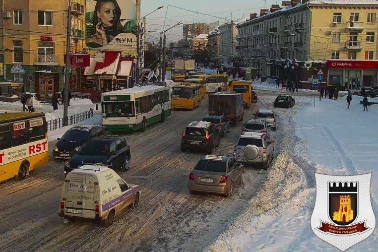Центр Луцька зупинився: автомобілі стоять у величезних заторах (Фото)
