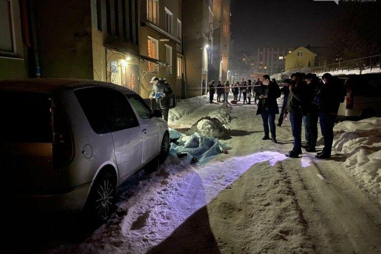 На Львівщині біля під'їзду багатоповерхівки розірвалася граната: загинули молоді чоловіки (Фото)
