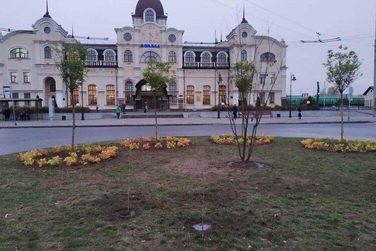 Подивіться, як круто озеленили вокзал у Луцьку