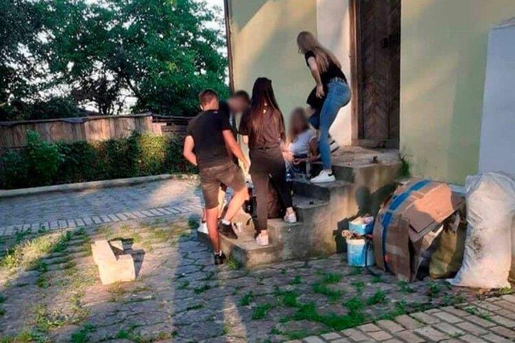 Підлітки, які розпивали алкоголь на порозі храму, штовхнули жінку через зауваження