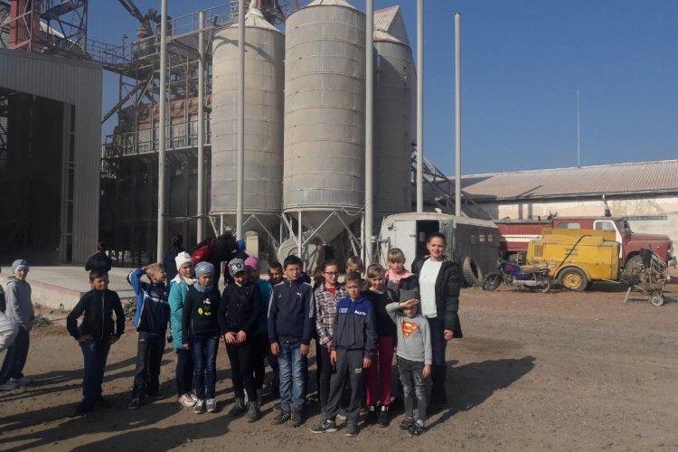 Учням Ратнівщини провели екскурсію на зерновий комплекс і ферму