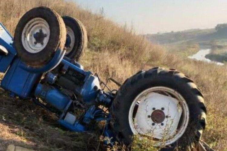 На Рівненщині посеред ночі перекинувся догори дригом трактор Т-25: травмованого тракториста знайшли лише вранці