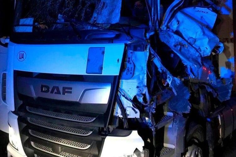 На волинській трасі зіткнулися дві вантажівки (Фото)