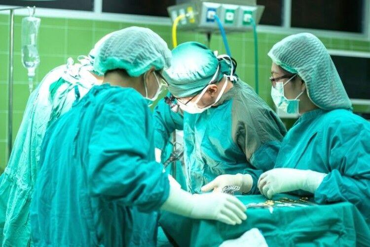 Лікарі витягнули осколок з хребта пораненого офіцера з Рівного