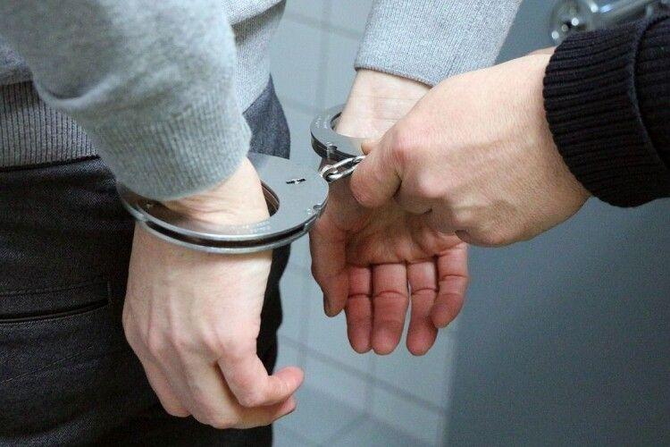 Поліція затримала 23-річного маневиччанина за підозрою у вчиненні розбою