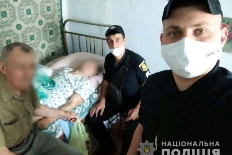 Поліцейські врятували жительку Рівненщини, розбиту інсультом, яка три дні сама пролежала в хаті
