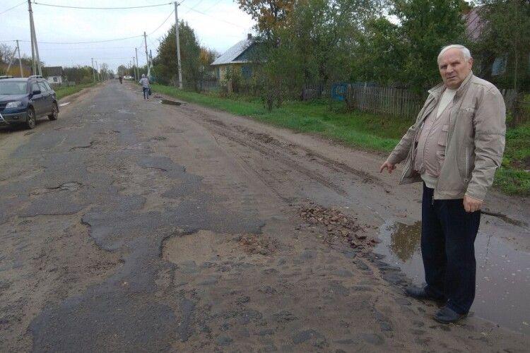 «Поганому танцюристу»:  у Великій Глуші на Волині дорогу спочатку завадив відремонтувати дощ, а потім - холод
