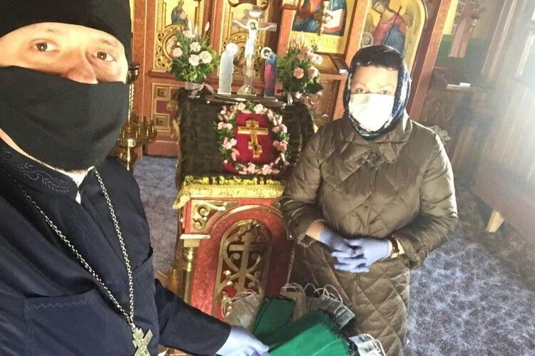 У луцькій церкві, замість заклику обмежити контактування з людьми, видають... захисні маски