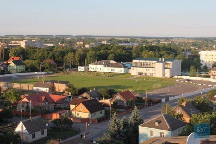 У Володимирі чоловіки пили на стадіоні, один ще й мав наркотики (Фото)