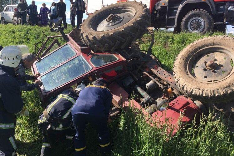 Волинські рятувальники «вирізали» водія з трактора після ДТП