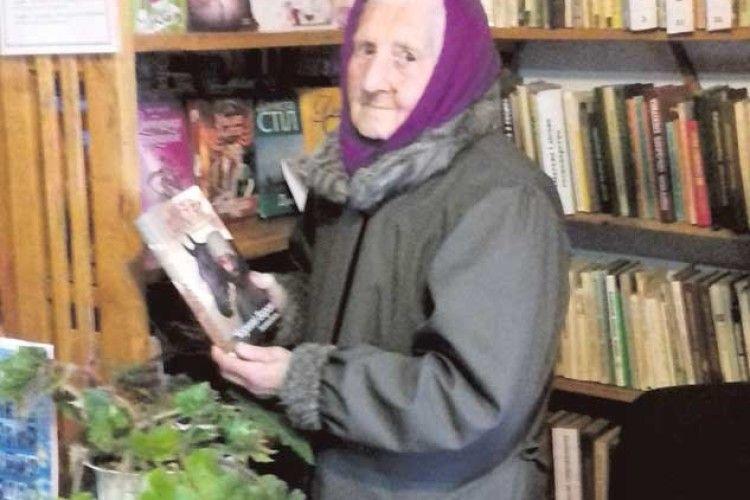 88 років. Час іти в бібліотеку Волинській пенсіонерці скрашує життя читання