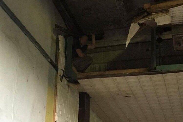 На Рівненщині чоловік шукав металобрухт та застряг