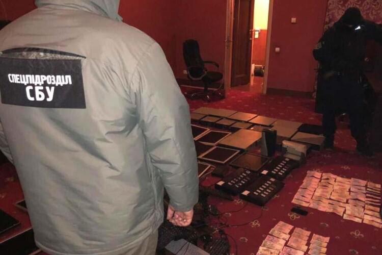 Обвинуваченого у замаху на вбивство та організатора підпільного казино випустили під заставу