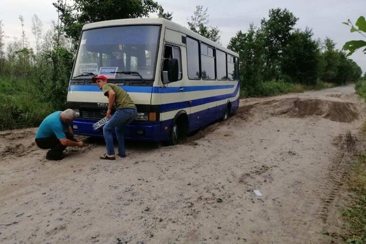 На Волині рятувальники витягнули автобус з піщаної ями