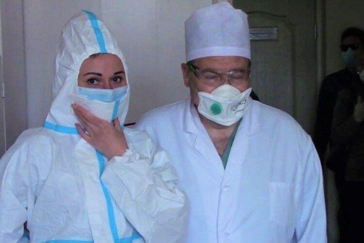 У Порошенка передали в лікарні Волині ще 800 захисних костюмів