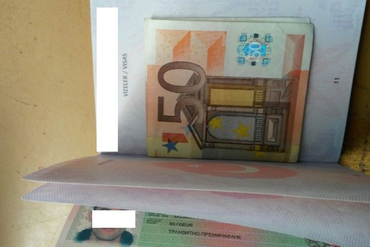 Розгортає прикордонник паспорта, а там – 50 євро хабара! (фото)