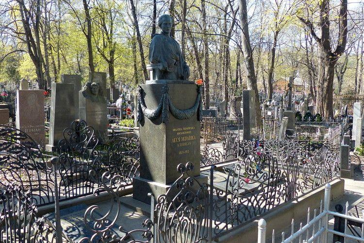 У Києві спіймали безхатька, який украв бронзові гірлянди з могили Лесі Українки