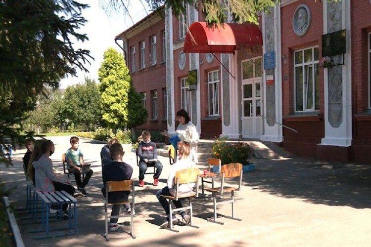 На Рівненщині  для школярів проводять уроки на вулиці