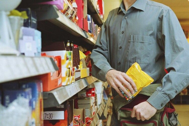 Мідії, сири, ковбаси: волинянин тайком протягом місяця харчувався у одному з супермаркетів Луцька